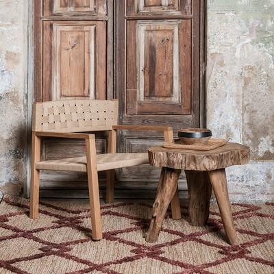 The ERUPTA side table with the CORA armchair: a perfect match. The rustic finish and the timeless design of ERUPTA gives to the space an artisanal and inspiring touch.  ✨📚  La mesa auxiliar ERUPTA con el sillón CORA: una pareja perfecta. El acabado rústico y el diseño atemporal de la ERUPTA otorgan al espacio un toque artesanal e inspirador.  #dareels #dareelsdesign #reclaimedteak #sustainablefurniture #furniture #naturalhomes #decowithsoul #homedesing #slowdesing